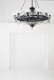 Svart ljuskrona för tappning med stearinljus i ett tomt rum Arkivbilder