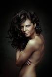 Svart lockigt hår bakgrundsmodeflicka över white för ståendeforstudio hår long royaltyfria foton