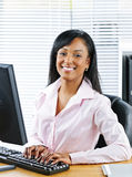 svart lyckligt affärskvinnaskrivbord royaltyfria foton