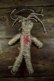 Svart magisk voodoodocka med röd hjärta Arkivfoton