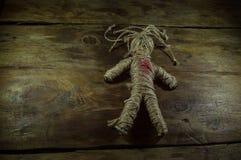 Svart magisk voodoodocka med röd hjärta Royaltyfria Bilder