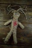 Svart magisk voodoodocka med röd hjärta Arkivbilder