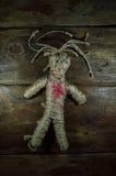 Svart magisk voodoodocka med röd hjärta Arkivfoto