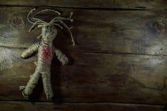 Svart magisk voodoodocka med röd hjärta Royaltyfri Bild