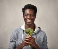 Svart man med broccoli Arkivbild
