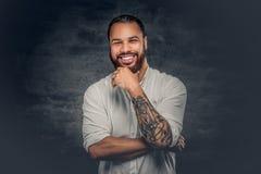 Svart man med tatueringen på armar royaltyfri fotografi