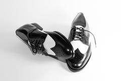 svart man s shoes den vita wingtipen Arkivfoto