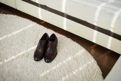 Svart man` s skor att ligga på golvet gifta sig för trappa för stående för brudbegreppsklänning Arkivbild