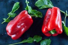 Svart mat: röd peppar och arugula arkivfoton