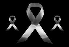 Svart medvetenhetband, sorg och melanomsymbol som isoleras på svart bakgrund Arkivfoton