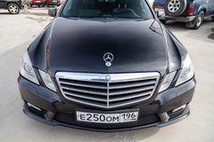 Svart Mercedes Benz E-grupp E250 2010 år främre sikt med mörkt - grå inre i utmärkt villkor i en parkeringsplats bland royaltyfri bild
