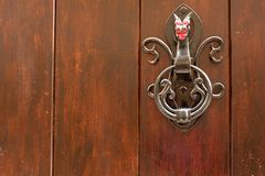 Svart metalldörrknackare i form av en drake royaltyfri fotografi