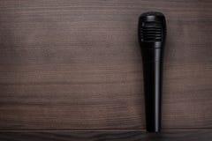 Svart mic på trätabellen Fotografering för Bildbyråer