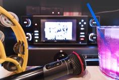 Svart mikrofon i karaokeklubba, med den avlägsna kontrollanten, melon Arkivbild