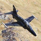 Svart militärt flygplan Arkivbilder