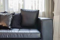 Svart modern soffa i vardagsrum royaltyfria bilder