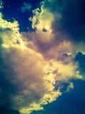 Svart moln med solljus Arkivbild