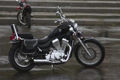 Svart motorcykel på fyrkanten Arkivfoto