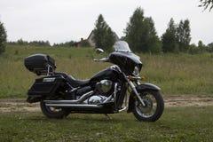 Svart motorcykel på gräsmattan Royaltyfri Bild