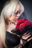 Svart änka i sorg med blommor med en skyla Arkivbild