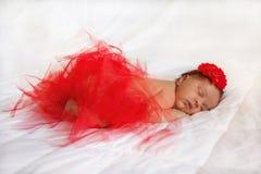 Svart nyfött behandla som ett barn att sova Royaltyfria Bilder