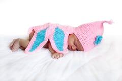 Svart nyfött behandla som ett barn att sova för flicka Royaltyfria Bilder