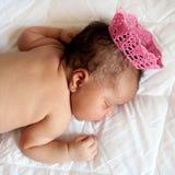 Svart nyfött behandla som ett barn att sova för prinsessa Arkivbild