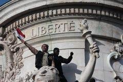 Svart och arabiskt folk som sjunger Marseillaise i Paris arkivbilder