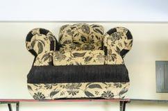 Svart och Craam soffa royaltyfria bilder