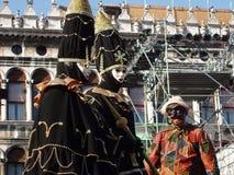 Svart och guld- karnevaldräkt med turbanen arkivbilder