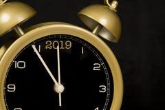 Svart och guld- klocka med tiden få minuter för nytt år Arkivfoto