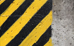 Svart och guling gjorde randig varningstecknet Arkivfoto