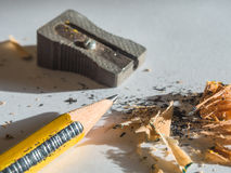 Svart och gulingblyertspenna- och metallvässare Arkivbild