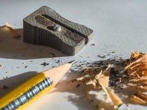 Svart och gulingblyertspenna- och metallvässare Arkivbilder