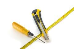 Svart- och gulinginstrument med att mäta bandet på en vit tillbaka Arkivfoton