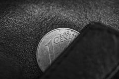 Svart- och hitefoto av den svarta läderplånboken och en cent av euro, att symbolisera armod, bankrutten eller sparsamhet, sparsam Fotografering för Bildbyråer