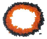 Svart och röd kaviar som isoleras på vit bakgrund arkivfoton