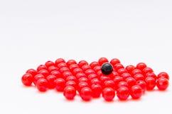 Svart och röd pärla på vit bakgrund Royaltyfri Bild