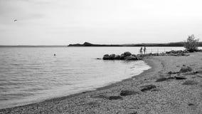 Svart- och whireladdscape på kusten av sjön Garda Arkivbilder