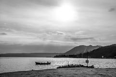Svart- och whireladdscape på kusten av sjön Garda Royaltyfri Bild