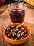 Svart oliv och vinexponeringsglas Arkivfoton