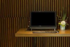 Svart PCdator på den moderna wood tabellen Royaltyfria Foton