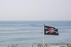 Svart piratkopierar flaggan med skallen Royaltyfria Bilder