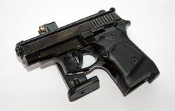 Svart pistol och tidskrift Royaltyfri Foto