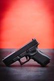 Svart pistol på en svart tabell Fotografering för Bildbyråer