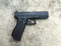 Svart pistol på golvet Royaltyfri Foto