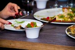 Svart pizza med ost- och bacon- och basilikatranbär i en caf Fotografering för Bildbyråer