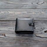 Svart plånbok för ` s för läderelegansmän på mörk träbakgrund f Royaltyfria Foton