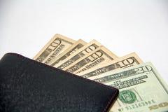 Svart plånbok med USA-pengar på vit bakgrund Arkivfoton