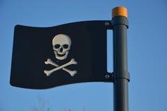 Svart plast- piratkopierar flaggan Arkivbild